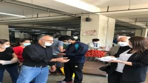 Hatay Büyükşehir Belediyesi tarafından  koronavirüs (Kovid-19) ile mücadele kapsamında semt pazarlarındaki esnafa ücretsiz maske dağıtımına devam ediyor.