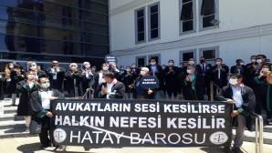 Hatay Barosuna kayıtlı Avukatlar, Adliye Önünde Toplanarak Ankara'ya Geçişlerine İzin Verilmeyen Baro Başkanlarına Destek Verdi