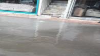 Aşırı yağışlar caddeleri derelere dönüştürdü