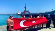Eski Bakan Tüzmen ile 5 sporcu, Mersin'den KKTC'ye yüzerek bayrak taşıdı