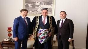 Başkan Savaş Büyükelçileri makamında ağırladı