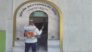 Antakya Belediyesi ekipleri, ellerin temas ettiği tüm yüzeyleri dezenfekte ediyor