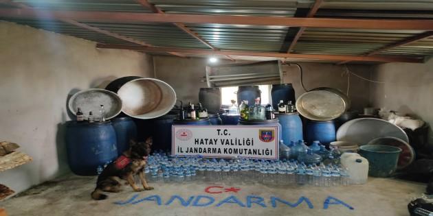 Defne Ballıöz'de 2.730 litre boğma rakı ele geçirildi