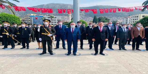 29 Ekim Cumhuriyet Bayramı Kutlamaları Programı Kapsamında Atatürk Anıtına Çelenk Sunuldu