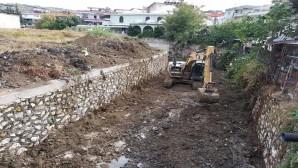 Hatay Büyükşehir Belediyesi Dere yataklarını temizlemeye devam ediyor