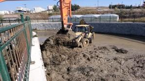 Hatay Büyükşehir Belediyesi Dere ve Kanallarda temizlik çalışmalarını sürdürüyor