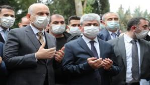 Ulaştırma Bakanı Karaismailoğlu Hatay'da hem incelemelerde bulundu hem de eski   Milletvekili  Ahrazoğlu'nun cenazesine katıldı