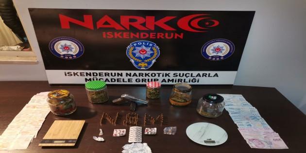 Polis'tan uyuşturucu satıcısına operasyon: 300 gram esrar, tabanca ve 5555 lira para yakaladı