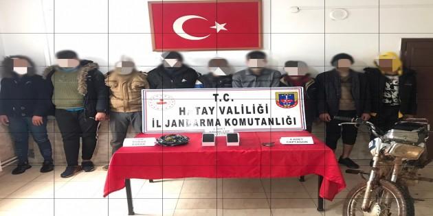 Jandarmalar Göçmen kaçakçılarını çalıntı motorsiklet ile uyuşturucu ve uyarıcı maddelerle birlikte yakaladı
