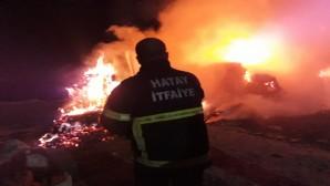 Hatay Büyükşehir Belediyesi İtfaiyesi, Kırıkhan'daki fabrika yangınına anında müdahale etti