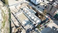 Antakya Belediyesi'nin yarı olimpik yüzme havuzunun direkleri yükseliyor