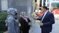 Başkan Savaş, Üreticiden aldığı çiçekleri sevgililere verdi