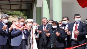 Hatay Büyükşehir Belediyesi'nin Kırıkhan Özyörük Mahallesinde yaptığı cami ibadete açıldı