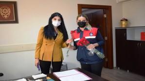 Hatay Büyükşehir Belediyesinden Polislere karanfilli kutlama