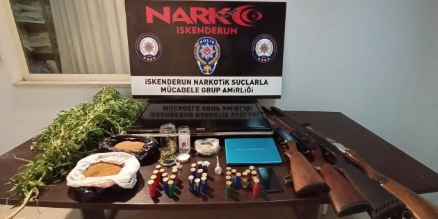 İskenderun'da 2 uyuşturucu satıcısında 4 av tüfeği ile çeşitli uyuşturucu maddeler yakalandı