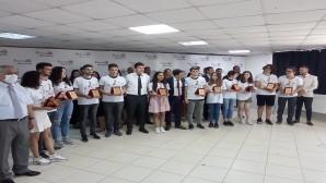 Pusula Akademi YKS'de kazanan öğrencilerini tanıttı ve  plaketle ödüllendirdi