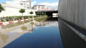 İskenderun'daki şiddetli yağmur Battı—Çıktıyı trafiğe kapattı