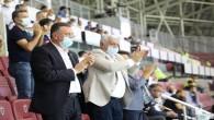 Protokol üyeleri futbolcuları ayakta alkışladı