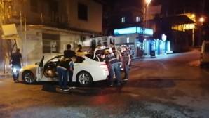 İskenderun'da Polis'in yaptığı uygulamada  2227 kişi sorgulanırken, 853 araç denetlendi