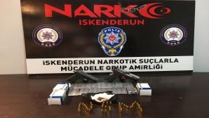 Şüphe üzerine durdurulan araçta  2 tabanca ve uyuşturucu hap yakalandı