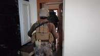 İskenderun'da organize suç örgütü üyesi 2 kişide uyuşturucu madde, kılıç, kama ve 31.800 lira yakalandı