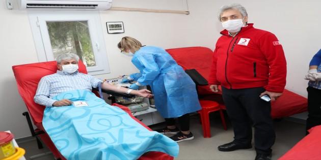Hatay Valisi Rahmi Doğan'dan Kızılay'a kan bağışı